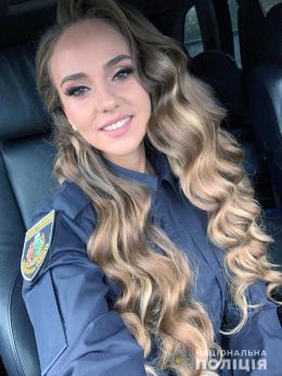 На Буковині поліцейська відрізала своє волосся для перук онкохворим діткам (фото+відео)
