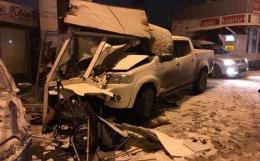 """У Чернівцях джип зніс кабінку паркувальників на """"Калинці"""" (фото+відео)"""