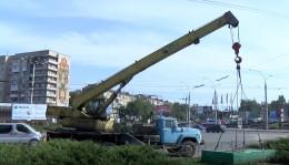 У Чернівцях продовжують демонтувати незаконні сітілайти та білборди (відео)