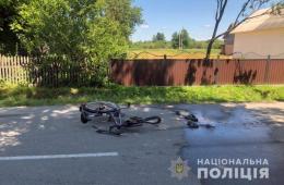 """На Буковині """"Mercedes"""" наїхав на велосипедиста, чоловіка госпіталізували"""