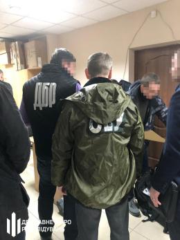 На Буковині під час отримання хабара затримали начальника сектору Державної міграційної служби (фото)