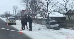 На Буковині машина з'їхала з дороги і врізалася у паркан (відео)