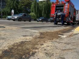 У Чернівцях поблизу автовокзалу на Головній з бака фури вилилось близько 100 літрів солярки
