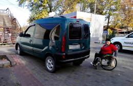 На Буковині водій, який припаркував автівку на пандусі, сплатить штраф (фото)