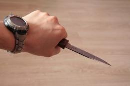 На одній із вулиць Чернівців чоловік вдарив ножем у груди малознайому жінку