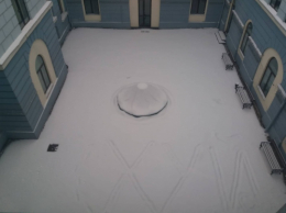 У дворику Чернівецької міськради на неприбраному снігу написали лайливе слово з трьох літер