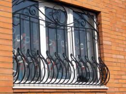 Чернівецькі патрульні затримали чоловіка, який вкрав віконні решітки