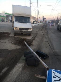На Хотинській у Чернівцях мікроавтобус збив світлофор