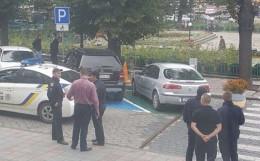 У Чернівцях в центрі водій нахабно припаркував авто на місці для інвалідів