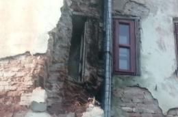 У будинку в центрі Чернівців обвалилась стіна (фото)
