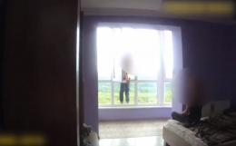 У поліції розповіли як рятували хлопця, який намагався вистрибнути з вікна у Чернівцях (відео)