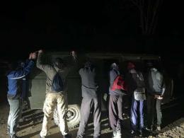 На Буковині біля кордону затримали «УАЗ» з вісьмома контрабандистами та цигарками.