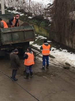 У Чернівцях комунальники латають діри на дорогах багнюкою (фото)