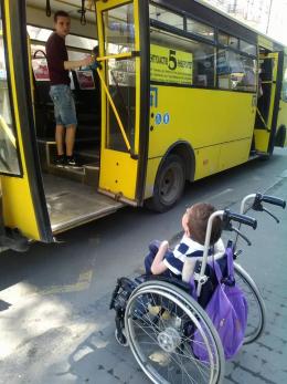 У Чернівцях водій маршрутки відмовився везти матір з дитиною на візку (фото)