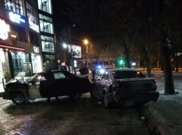 На Герцена у Чернівцях п'яний водій ВАЗу потрощив дві припарковані автівки (фото)