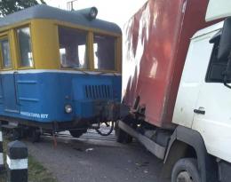 На Буковині на залізничному переїзді тепловоз протаранив вантажівку (фото)