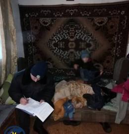 На Буковині мати залишила дитину саму у холодному будинку (фото)