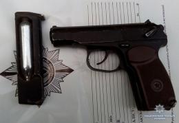 В офісі чернівецького підприємця поліцейські знайшли нелегальну зброю (фото)