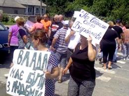 На Буковині група жителів села Ломачинці перекривала в'їзд до населеного пункту (відео)