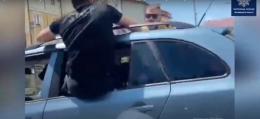 Очевидці зафіксували, як Чернівцями їздили молодики, наполовину висунувшись з вікна автомобіля (відео)