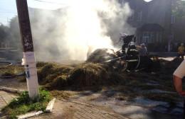 В центрі Сторожинця загорілась підвода з сухим сіном