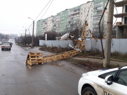 На Південно-Кільцевій біля новобудови впав будівельний кран