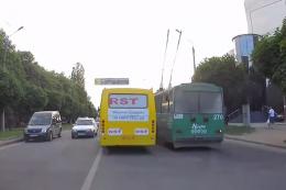 У Чернівцях маршрутка і тролейбус з пасажирами влаштували перегони (відео)