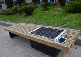 На Буковині у райцентрі встановили лавку із сонячною батареєю