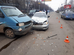У Чернівцях мікроавтобус зіткнувся з таксі