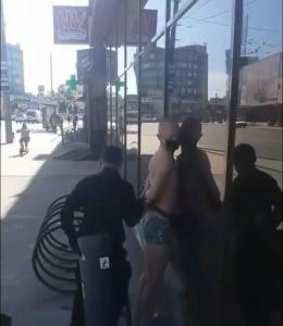 У Чернівцях затримали голого чоловіка у масці