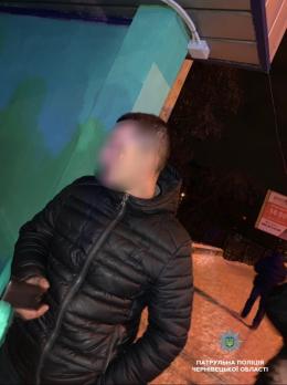 У Чернівцях посеред ночі пара грабіжників напала на чоловіка
