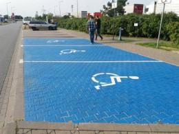 Місця для паркування автівок водіїв з інвалідністю у Чернівцях фарбуватимуть у синій колір