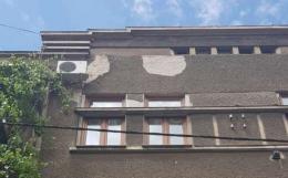 У центрі Чернівців шматок фасаду ледь не впав на голову хлопцю