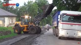 На Буковині з причепа вантажівки на дорогу вилилась маса фекалій (фото)