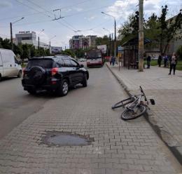 У Чернівцях біля «Туристу» позашляховик на «зебрі» збив велосипедиста