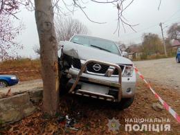 У Чернівцях п'яний злодій втікаючи від поліції на чужому джипі врізався у дерево (фото)