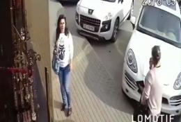 У Чернівцях на Калинівському ринку жінка обікрала салон гардин