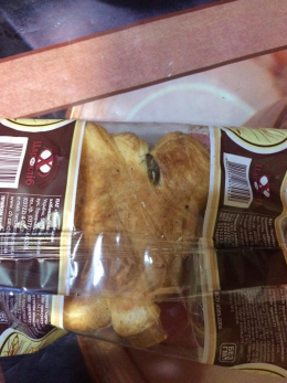 Чернівчанка купила круасан із тарганом (фото)