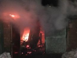 На Буковині в масштабній пожежі в гаражі згоріли два автомобілі
