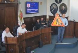 У Чернівцях депутат вручив мерові дорожній знак, бо в місті не ремонтують дороги