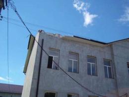 Покрівлю школи в Кадубівцях ремонтують після негоди (фото)