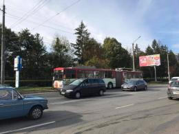 """У Чернівцях """"Mercedes Sprinter"""" зіткнувся з тролейбусом"""
