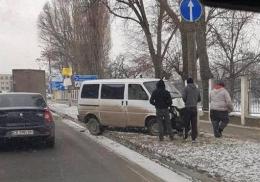 У Чернівцях п'яний водій на мікроавтобусі врізався в стовп на Галицькому Шляху