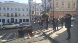 """У Чернівцях біля міської ради """"Mercedes"""" збив жінку-пішохода"""