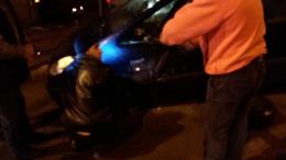 У Чернівцях автівка потрапила у відкритий люк (фото)