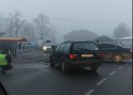 На Буковині через слизьку дорогу зіткнулись два автомобілі (відео)
