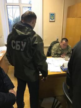 У Чернівцях на хабарі дві тисячі доларів затримали заступника військового комісара