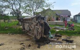 На Буковині п'яний водій фургона врізався в огорожу, постраждало троє людей (фото)