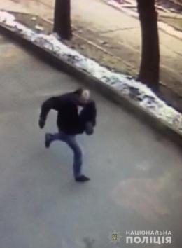 У Чернівцях розшукують злочинця, який погрожуючи ножем вкрав гроші у жінки