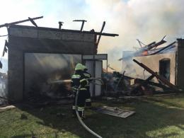 На Буковині рятувальники евакуювали літню жінку з будинку, охопленого вогнем